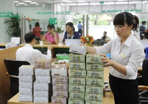 An employee at a local bank branch in Hanoi. Photo: Ngoc Thang