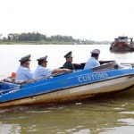 An Giang Customs works with provincial border guards patrolling along the border river. Deputy Prime Minister Nguyen Xuan Phuc has called for more effort in the fight against petrol smuggling. — VNA/VNS Photo Hoang Hung