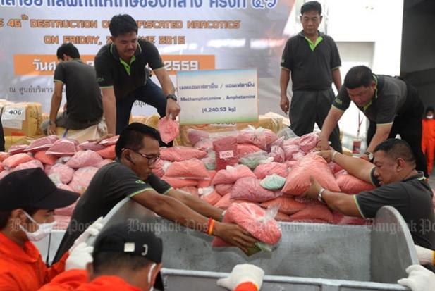 Officials prepare to destroy the drugs on August 25 2016. (Bangkok Post file photo)