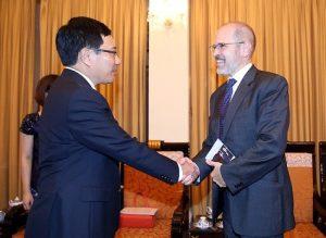 Deputy Prime Minister Phạm Bình Minh (L) meets Peter Tichansky President of the BCIU in Hà Nội on October 21, 2016. — Photo VGP